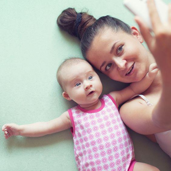 Mamá con su bebé tomándose una selfie