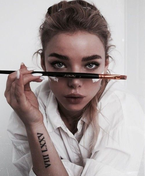 chica midiendo su rostro con un pincel para maquillaje liquido
