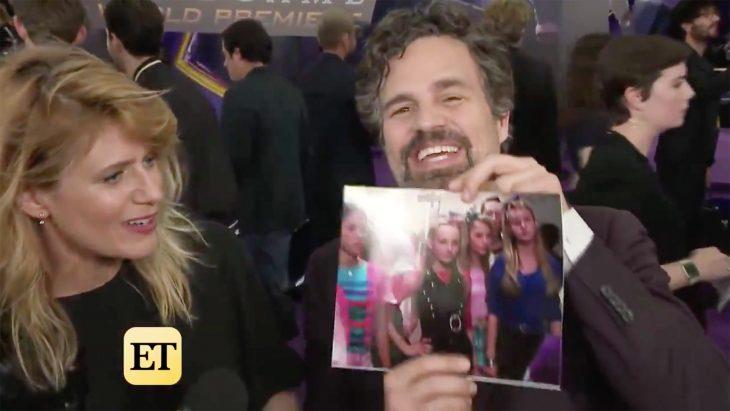 El actor Mark Ruffalo sosteniendo una fotografía de las chicas malas de la cinta Si tuviera 30 junto a su esposa Sunrise Coigney