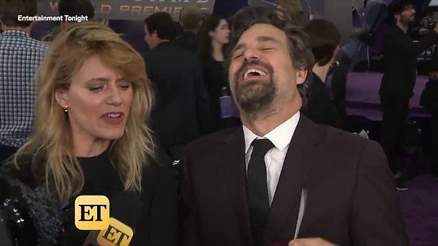 El actor Mark Ruffalo riendo junto a su esposa Sunrise Coigney en la alfombra roja de la premiere de Avengers: Endgame