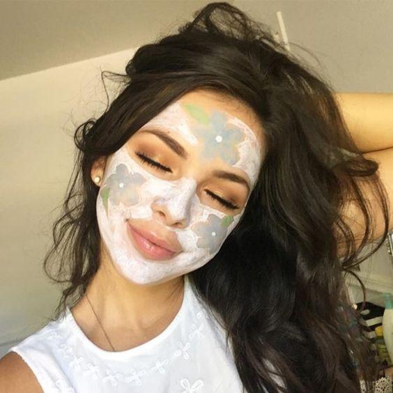 Chica usando mascarilla facial dual para eliminar impurezas faciales