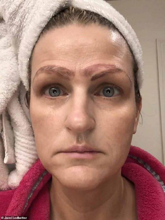Jami Ledbetter, mujer en Estados Unidos terminó con cuatro cejas después de hacerse un microblading, cejas feas