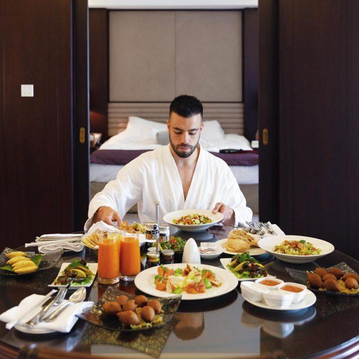 Matthew Lepre millonario de 26 años gozando de su desayuno en bata