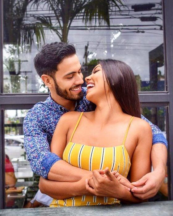 El modelo Rodrigo Giménez abrazando a la modelo Joyce Prado