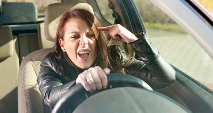 Mujer joven furiosa conduciendo