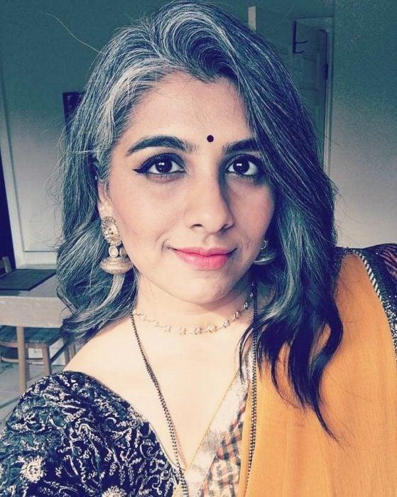 Mujer hindú de cabello ondulado, mediano con canas