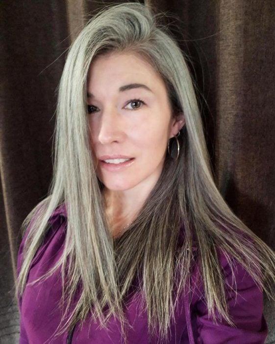 Mujer de cabello largo, lacio y con canas
