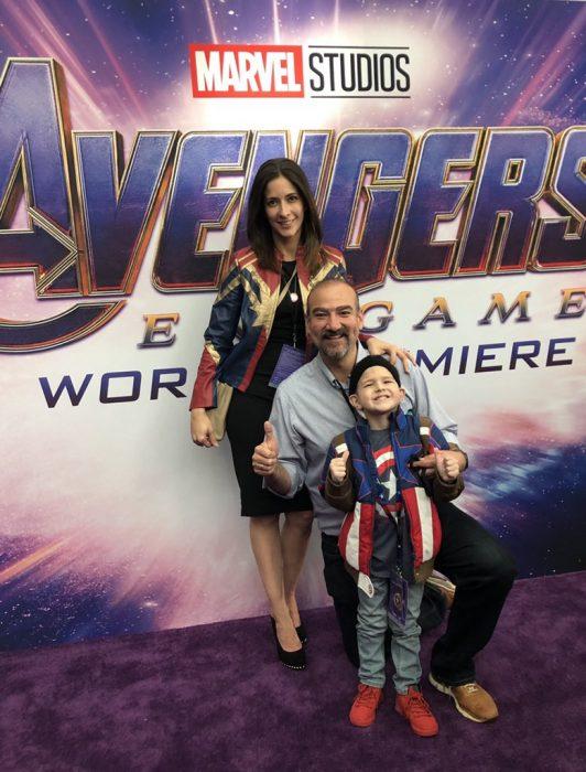 Felipe Andres Muyshondt disfrazado de Capitán América, su mamá con una chamarra de Capitana Marvel y su papá en la premiere mundial de Avengers: Endgame con Chris Evans