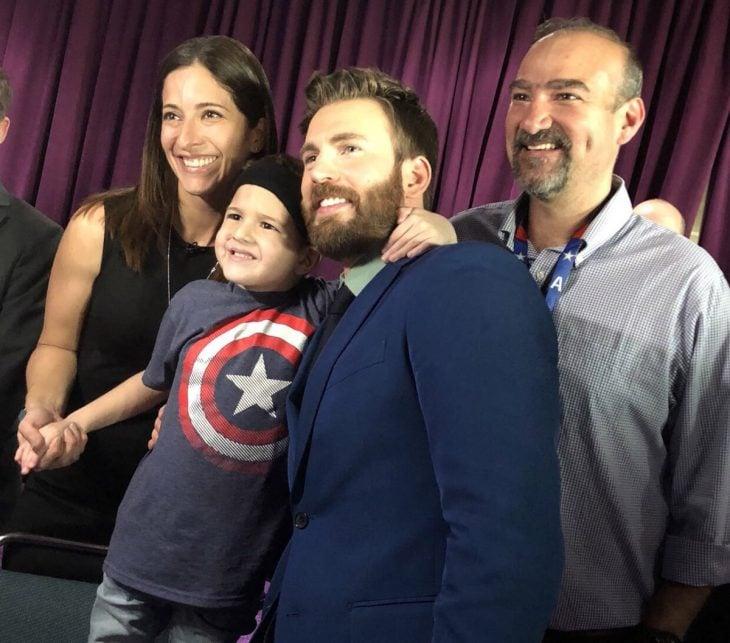 Felipe Andres Muyshondt, niño y su familia con Chris Evans, Capitán América, en la premiere de Avengers: Endgame