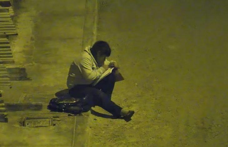 Víctor Martín Angulo Córdoba, niño de Perú hace tarea bajo un poste de luz en la calle de noche porque en su casa no hay electricidad