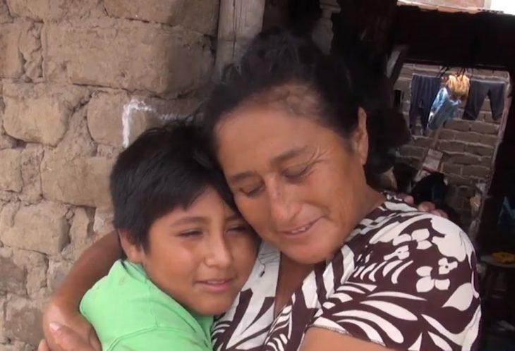 Víctor Martín Angulo Córdoba y Rosa Córdoba Ángulo, niño de Perú hace tarea bajo un poste de luz en la calle de noche porque en su casa no hay electricidad, niño abrazando a su mamá