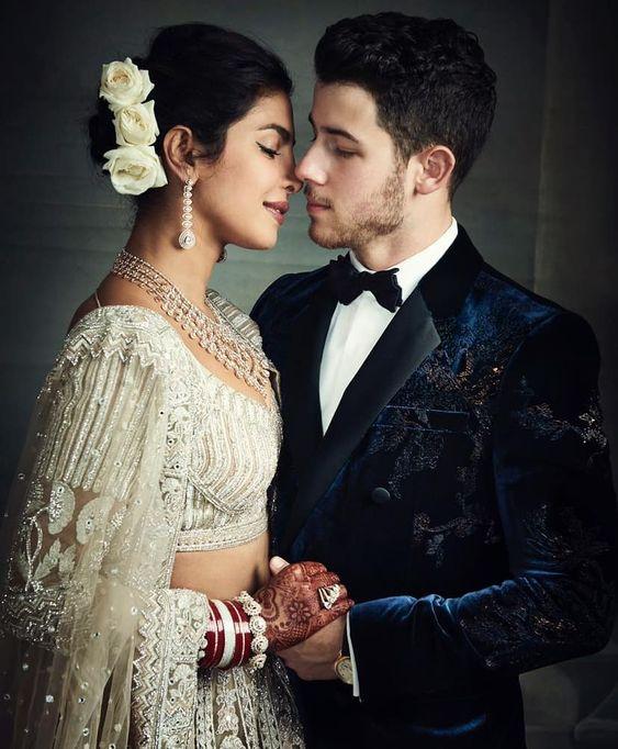 Nick Jonas y Priyanka Chopra en su boda posando para cámara