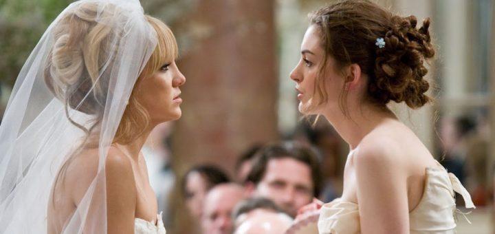 Mujeres dentro de una iglesia vestidas de novia peleando, escena de la película Guerra de novias