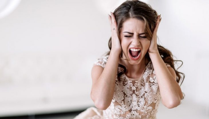 chica vestida de novia gritando y enfadada el día de su boda