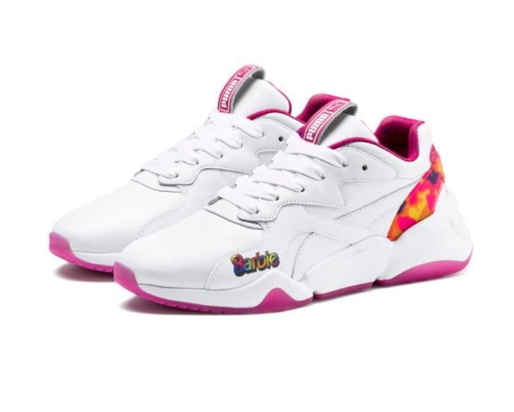 63cefb5bb32 Tenis blancos con toques de rosa fusia de la nueva colección Puma x Barbie