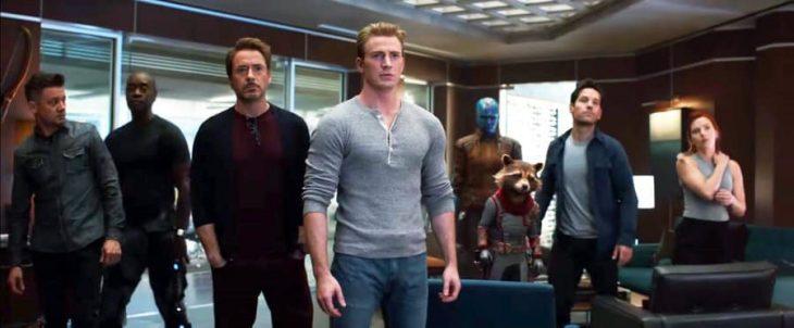 Grupo de amigos reunidos en una sala de estar , todos miran hacia la puerta de entrada, se encientran sorprendidos, nuevo tráiler Avengers: Endgame, Tony Stark, Capitán América, Rocket, Ant-Man, Black Widow