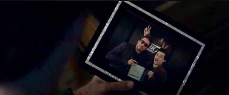 Hombre sosteniendo una fotografía en la que aparecen un hombre con gafas rojas y un chico delgado de tes blanca, Tony Stark, Spider-Man, nuevo tráiler Avengers: Endgame