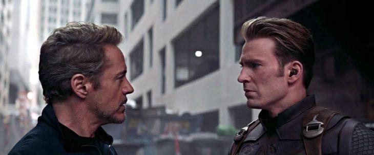 Dos hombre mirandose de frente a los ojos, uno con cabello plateado, otro de cabello rubio, parados en medio de reunías, dándose un saludo fraternal, Tony Stark, Capitán América, nuevo tráiler Avengers: Endgame