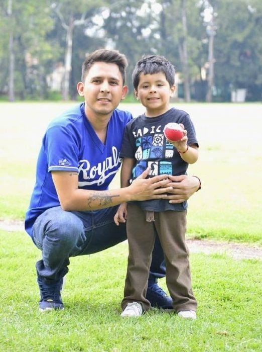 Padrastro abrazando a su hijo en un campo de beisbol, hombre escribe una carta al hijo de su novia