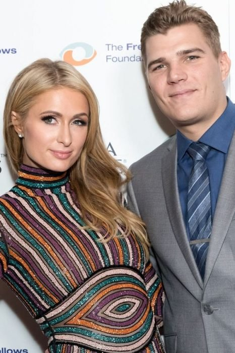 Paris Hilton y Chris Zylka Abrazados para la foto