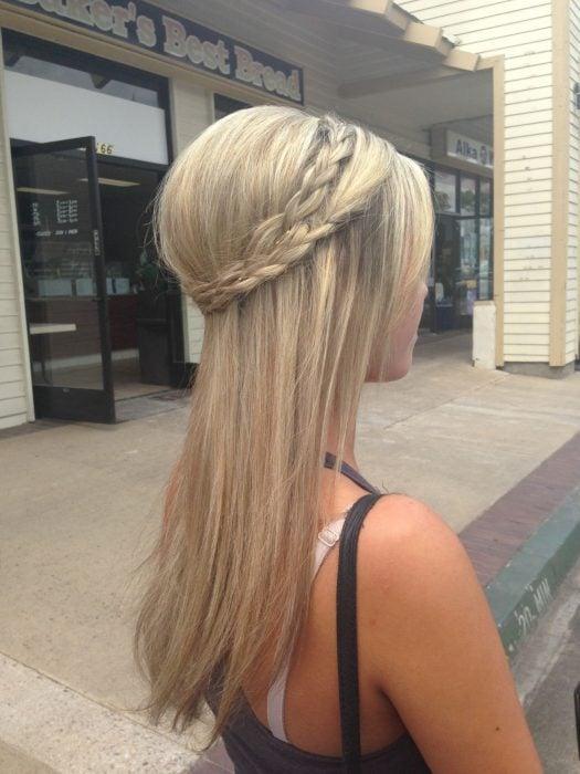 Chica rubia con cabello lacio y peinado recogido en trenza