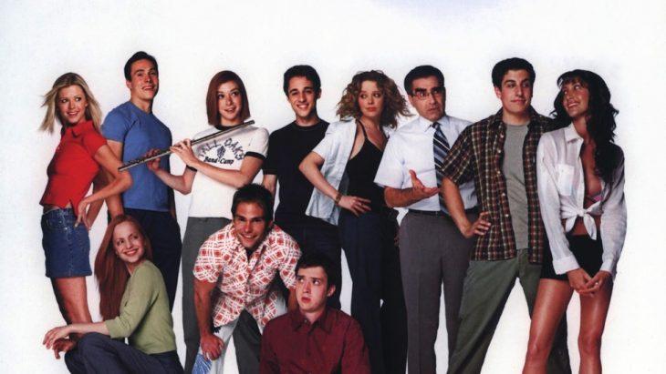 Grupo de adolescentes posando para una fotografía de recuerdo, escena de la película American Pie, Jason Biggs, Alyson Hannigan, Seann William Scott, Tara Reid