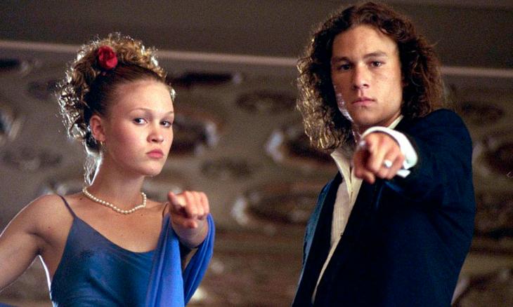 Pareja de baile escolar, molesta, señalando con el dedo indice al público, escena de la película 10 Cosas que odio de ti, Heath Ledger, Julia Stiles