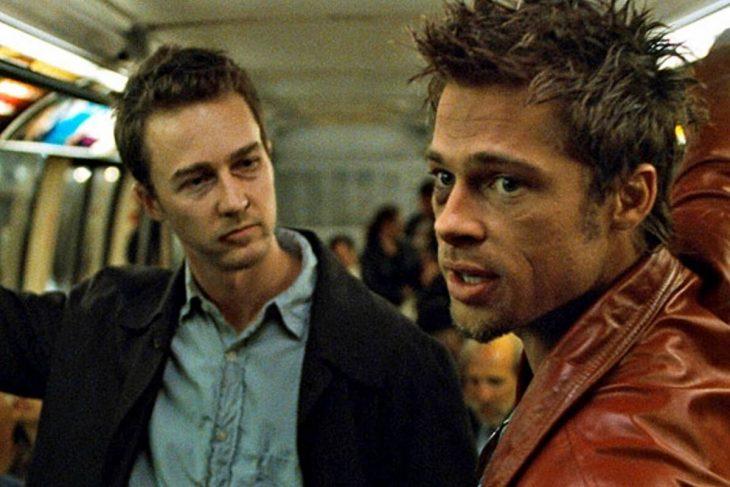 Hombres dentro de un vagón de metro, charlando, escena de la película El club de la pelea, Brad Pitt, Edward Norton, Jared Leto