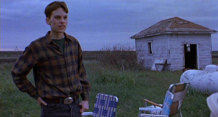 Hombre consternado, pensando en su jardín, en un día nublado, escena de la película Boys Don't Cry, Hilary Swank