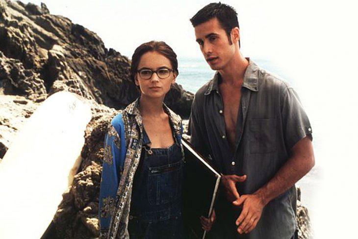 Pareja de novios charlando en la playa, escena de la película She's All That, Rachael Leigh Cook, Freddie Prinze Jr.