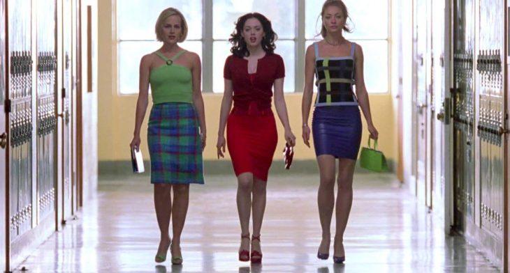 Grupo de amigas caminando por el pasillo de una universidad americana, escena de la película Jawbreaker, Rose McGowan, Rebecca Gayheart, Judy Greer
