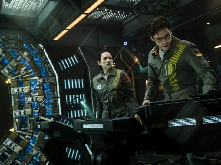 El actor Daniel Bruhl y la actriz Zhang Ziyi en la cinta The Cloverfield Paradox