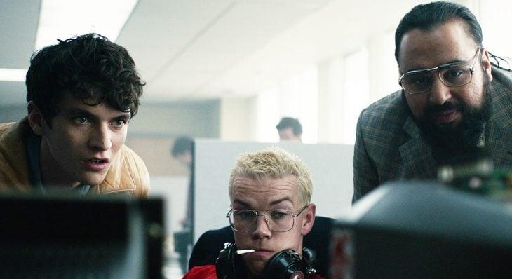 Los actores Fionn Whitehead, Will Poulter y Asim Chaudhry respectivamente en la cinta Black Mirror: Bandersnatch