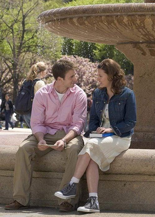 Escena de la película Diario de una niñera que es protagonizada por Scarlett Johanson y Chris Evans