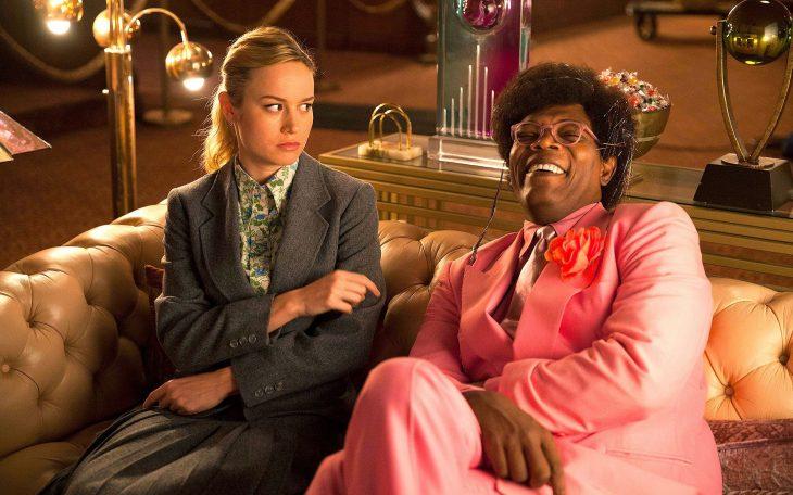 Escena de la película de Netflix Tienda de Unicornios en la que aparecen Samuel L. Jackson y Brie Larson sentados en un sofá riendo