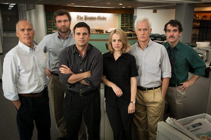 Escena de la película Sportlight en la que aparecen Mark Ruffalo y Michael Keaton con el equipo de la película