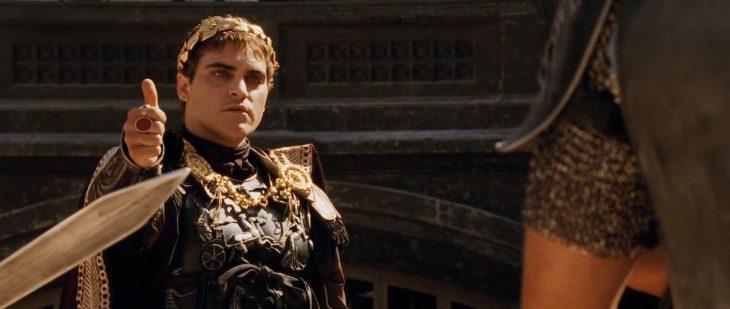 Joaquin Phoenix interpretando al personaje de Cómodo en la cinta Gladiador