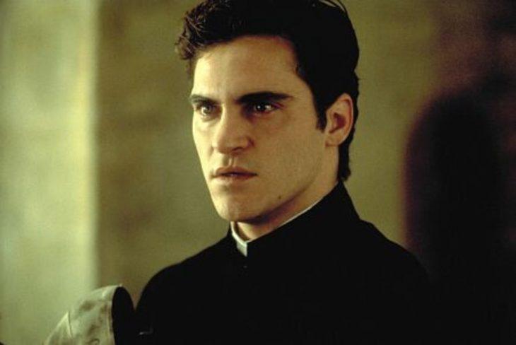 El actor Joaquin Phoenix interpretando al personaje de Abate de Coulmier en la cinta Quills