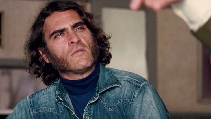 El actor Joaquin Phoenix interpretando al personaje de Larry Sportello en la cinta Inherent Vice