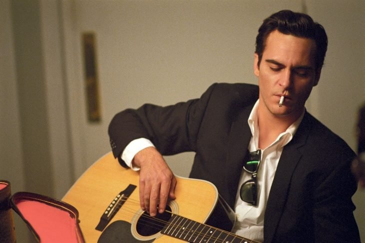 El actor Joaquin Phoenix interpretando al personaje Johnny Cash en la cinta Walk the line