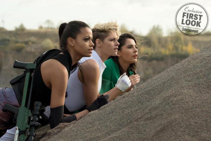 Chicas recostadas sobre el asfalto, escena remake Los Ángeles de Charlie, Kristen Stewart, Naomi Scott, Elizabeth Banks y Ella Balinska