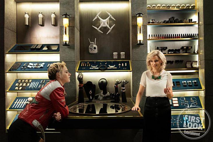 Chicas charlando dentro de un bar, escena remake Los Ángeles de Charlie, Kristen Stewart, Naomi Scott, Elizabeth Banks y Ella Balinska