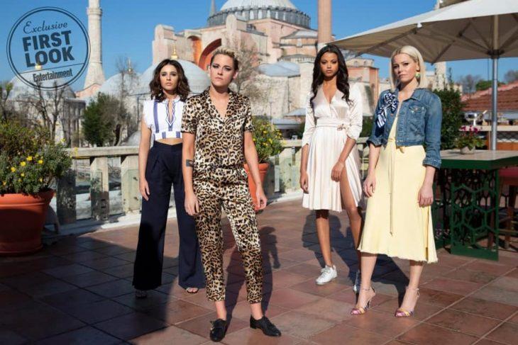 Chicas paradas al centro de una terraza en un parque de diversiones, escena remake Los Ángeles de Charlie, Kristen Stewart, Naomi Scott, Elizabeth Banks y Ella Balinska