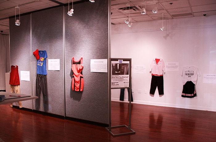 Sala de exhibición de una galería de arte que muestra las prendas que usaron victimas de abusos sexuales