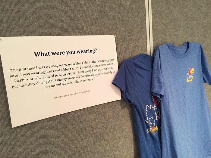 Camisas de color azul exhibidas en una galería de arte que muestra las prendas que victimas de abuso usaron cuando fueron atacadas