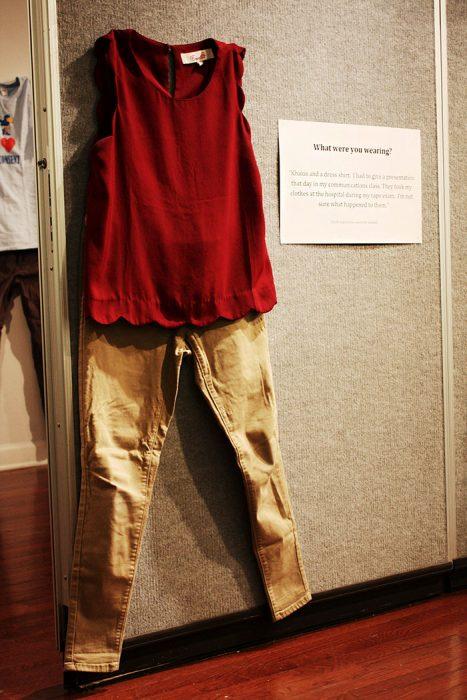 Pantalones café y blusa roja que usó una victima de abuso exhibida en una galería de arte
