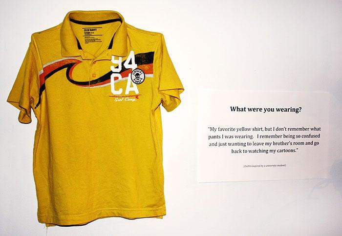 Camisa de color amarilla exhibida en una exposición de victimas de abuso