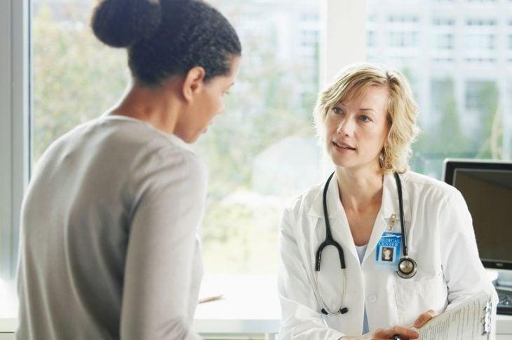 Chica hablando con una doctora en su cita médica