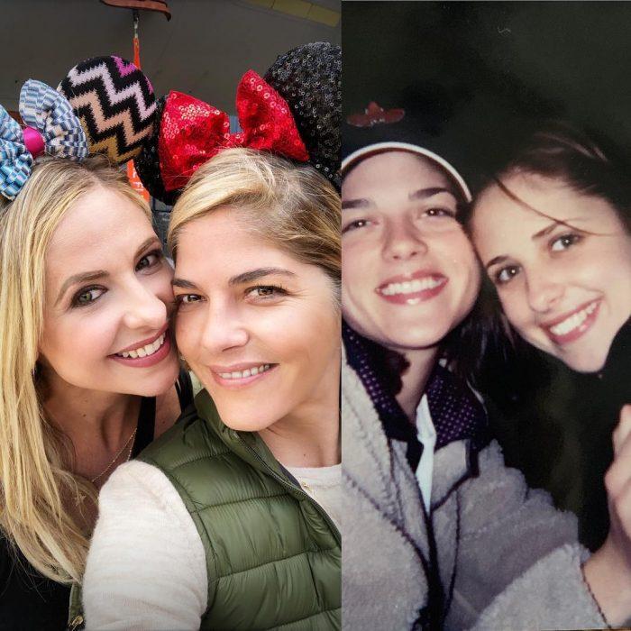 Fotografía comparativa de las actrices Sarah Michelle Gellar y Selma Blair de hace 21 años en Disneylandia