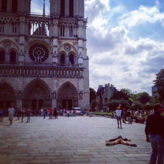 STEFDIES, la chica que se ha vuelto viral por sus antiselfies, selfie de mujer en Notre Dame en París
